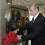Левченко возлагает цветы