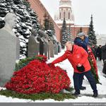 Зюганов возлагает цветы
